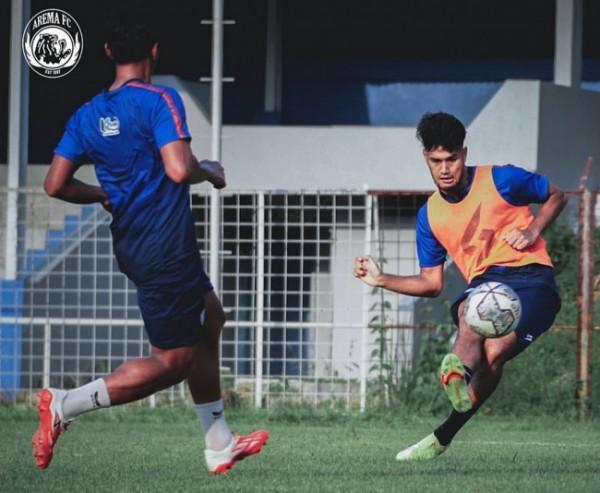Skuad Arema FC saat menjalani latihan. (foto: Instagram @aremafcofficial)