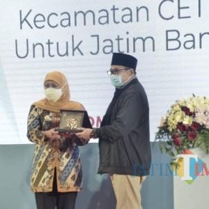 Gubernur JatimKhofifah Beri Penghargaan Dua Inovasi Pemkab Bondowoso SIBUBA dan TAPE MANIS