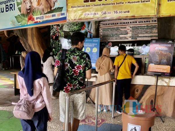 Wisatawan saat mengentre membeli tiket di Jatim Park 2 beberapa saat lalu. (Foto: Irsya Richa/MalangTIMES)