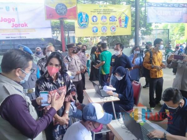 Anggota DPR RI dari Komisi IX Krisdayanti (pakai masker pink) didampingi Kadinkes Kota Malang, dr Husnul Muarif saat memantau jalannya vaksinasi di SMKN 6 Malang(Anggara Sudiongko/MalangTIMES)