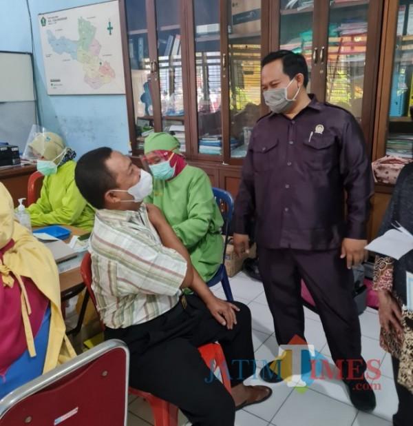 Wakil Ketua Fraksi PKS DPRD Kota Malang Trio Agus Purwono saat meninjau langsung pelaksanaan vaksinasi di Kelurahan Tunjungsekar yang dilakukan oleh Puskesmas Mojolangu, Sabtu (25/9/2021). (Foto: Tubagus Achmad/ JatimTIMES)
