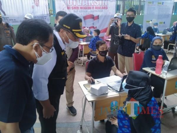 Wakil Walikota Malang, Sofyan Edy Jarwoko saat memantau kegiatan vaksinasi di SMKN 6 Malang (Anggara Sudiongko/MalangTIMES)