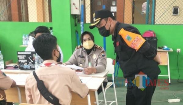 Camat Kepanjen Eko Margianto saat meninjau pelaksanaan vaksinasi. (Foto: Riski Wijaya/ MalangTIMES).
