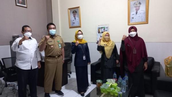 Kepala Badan Pusat Statistik (BPS) Kota Malang Erny Fatma Setyoharini (tiga dari kiri) saat bersama perangkat Kelurahan Sukoharjo, Kota Malang. (Foto: Istimewa)