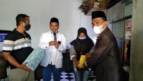 Ketua DPD PKS Kota Malang Ernanto Djoko Purnomo (kanan) bersama Wakil Ketua Fraksi PKS DPRD Kota Malang Rokhmad (dua dari kiri) saat memberikan hadiah kepada masyarakat seusai divaksin, Minggu (26/9/2021). (Foto: Humas DPD PKS Kota Malang)