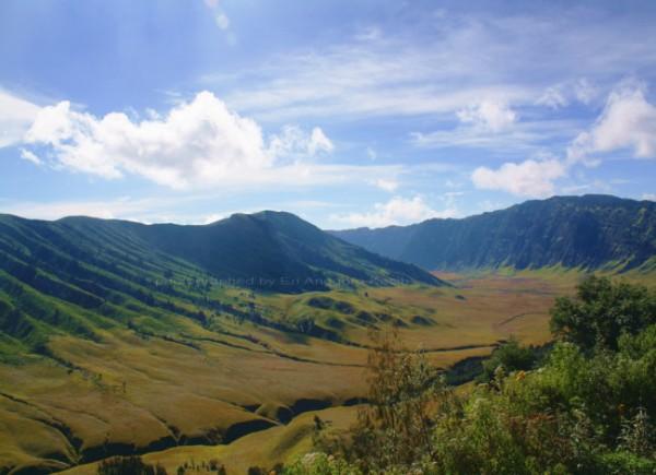 Pemandangan Gunung Bromo dari atas Bukit Jemplang. (Foto: www.erianggorokasih.com)