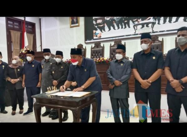 Pengesahan Ranperda Kepemudaan di ruang Rapat Paripurna DPRD Kota Malang, Senin (27/9/2021). (Arifina Cahyanti Firdausi/MalangTIMES).