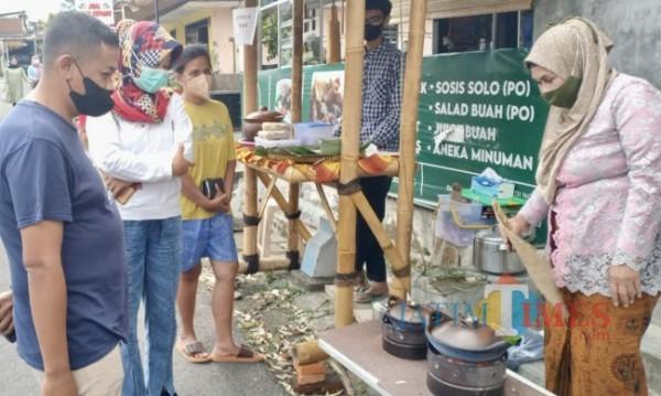 Pengunjung saat membeli serabi di kampung kuliner tradisional di kawasan Dusun Dadaptulis, Kelurahan Dadaprejo, Kecamatan Junrejo. (Foto: Irsya Richa/ MalangTIMES)