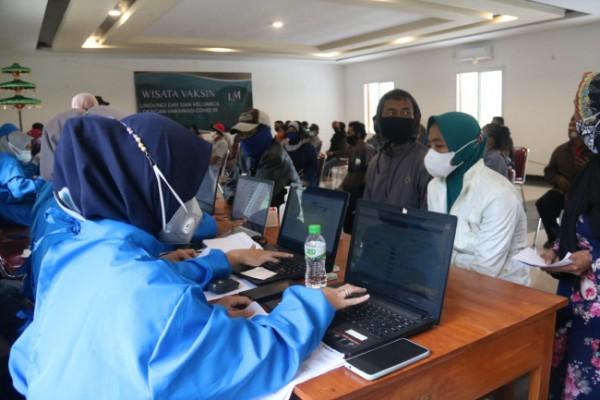 Proses vaksinasi yang dilakukan di tempat wisata (foto: Humas Polres Malang for MalangTIMES)