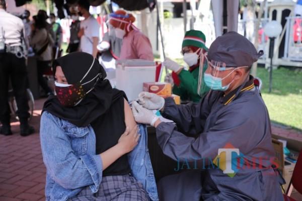 Tenaga Kesehatan saat memvaksin warga di Kota Batu. (Foto: Irsya Richa/MalangTIMES)