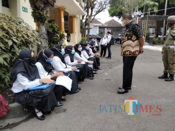 Wabup Malang Didik Gatot Subroto saat menyapa sejumlah peserta test yang sedang menunggu jadwal. (Foto: Riski Wijaya/MalangTIMES).