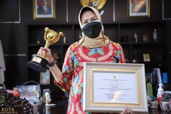Wali Kota Batu Dewanti Rumpoko saat membawa dua penghargaan di ruang kerjanya di Lantai 5, Balai Kota Among Tani, Senin (27/9/2021). (Foto: istimewa)