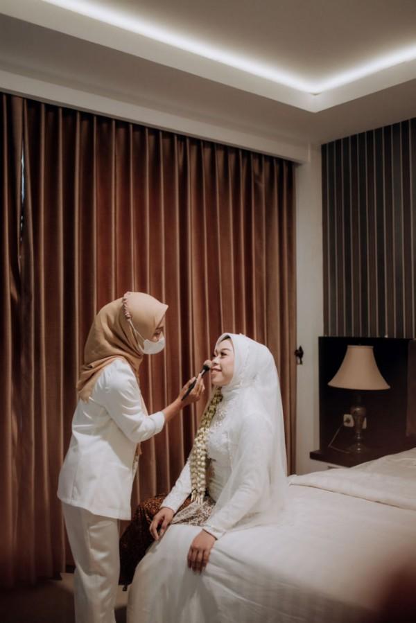 Daniar Hafri Ahsani saat merias klien wedding. (Foto: Istimewa).