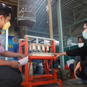 Inovasi Baru, KUBE di Kota Kediri Hadirkan Biskuit Biosuplemen untuk Pakan Ternak Kelinci