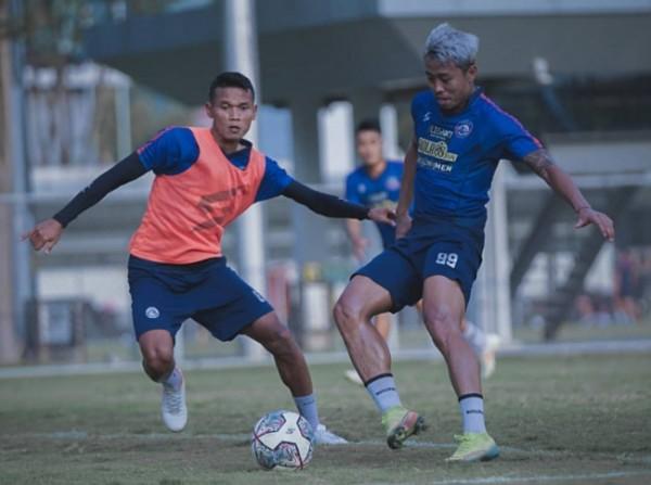 Kushedya Hari Yudo (kanan) saat menjalani latihan bersama tim (foto: Instagram Arema FC)