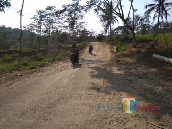 Ruas jalan di Dusun Sumbernanas Kecamatan Gedangan Kabupaten Malang yang rusak selama kurang lebih 4 tahun (Foto: Riski Wijaya/MalangTIMES).