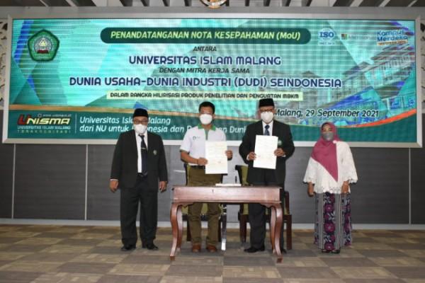 Dari kiri, Wakil Rektor 1 Unisma Prof Drs H Junaidi MPd PhD, Perwakilan DUDI, Abdul Aziz dari CV Rumah Alam Jaya Organik dan Rektor Unisma Prof Dr Maskuri MSi saat menunjukan berkas MoU (st)