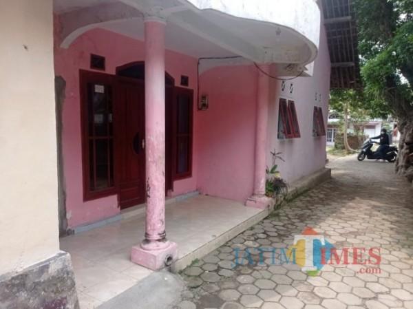 Rumah kediaman terduga pelaku A yang digerebek karena merakit senpi ilegal (foto: Hendra Saputra/ MalangTIMES)
