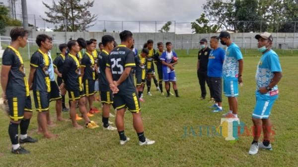 Tim Pelatih Banyuwangi Putra melakukan evaluasi setelah uji coba perdana lawan BP U-17 di Stadion Diponegoro Banyuwangi (Foto: Nurhadi Banyuwangi/JatimTIMES)