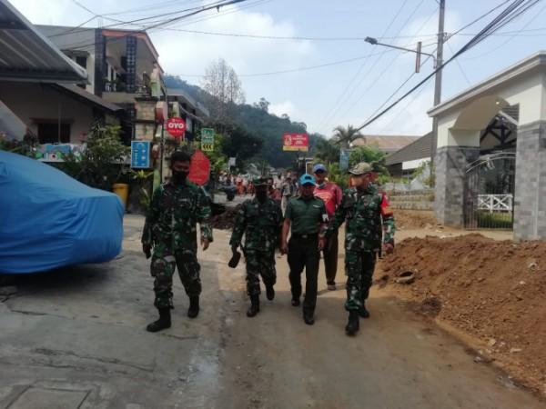 Anggota TNI saat mengamankan TNI gadungan di Kelurahan Songgokerto, Kecamatan Batu, Kamis (30/9/2021). (Foto: istimewa)