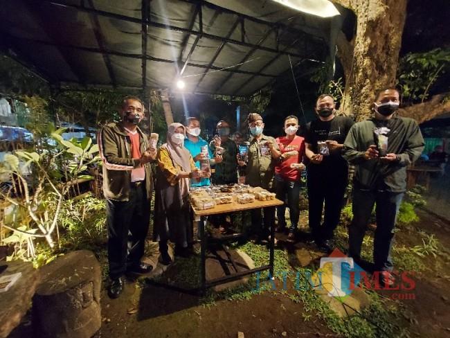 Kepala Lapas Kelas I Malang RB Danang Yudiawan beserta jajaran pegawai lainnya saat menunjukkan produk olahan tata boga oleh para WBP.