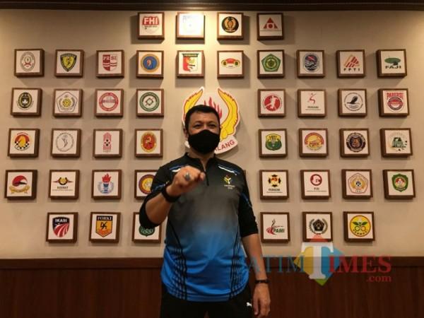 Ketua Umum Komite Olahraga Nasional Indonesia (KONI) Kota Malang Eddy Wahyono saat ditemui di ruangannya, Kamis (30/9/2021). (Foto: Tubagus Achmad/ JatimTIMES)