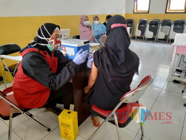Salah satu kegiatan vaksinasi yang digelar di Kecamatan Singosari.(Foto:Riski Wijaya/MalangTIMES)