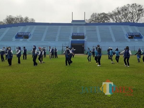 Suasana senam Malang Seger yang dilangsungkan sederet pejabat Pemkot Malang dalam peringatan Haornas 2021, di Stadion Gajayana, Kamis (30/9/2021). (Arifina Cahyanti Firdausi/MalangTIMES).
