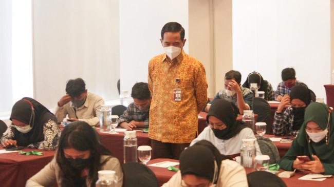 Direktur Pembinaan Peran Serta Masyarakat KPK Kumbul Kusdwidjanto Sudjadi saat meninjau peserta Sekolah Intensif.