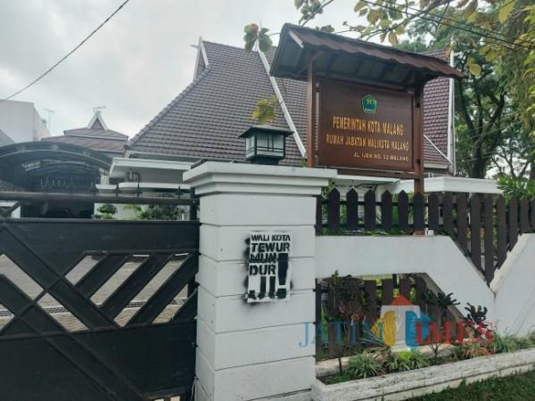 Salah satu coretan vandalisme dengan tulisan berwarna hitam bertengger di tembok Rumah Dinas Wali Kota Malang, Jumat (1/10/2021). (Foto: Dok. JatimTIMES)