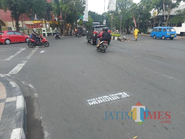 Tampak coretan aksi vandalisme bernada provokatif di Jalan Jenderal Basuki Rahnat atau berada di kawasan Monumen Chairil Anwar Malang.