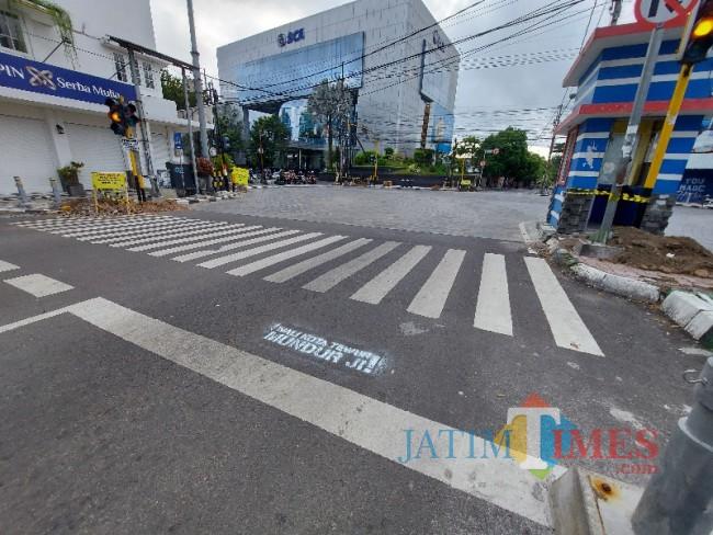 Tampak coretan aksi vandalisme bernada provokatif di Jalan Semeru Kota Malang.