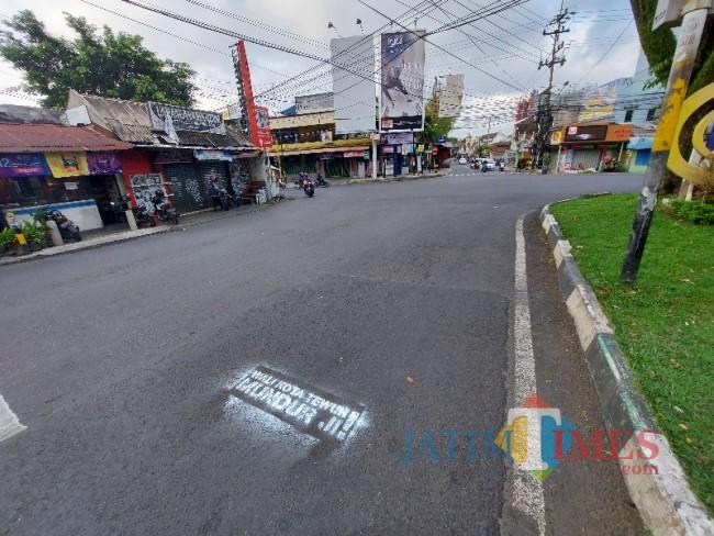 Tampak coretan aksi vandalisme bernada provokatif di Jalan Veteran Kota Malang.