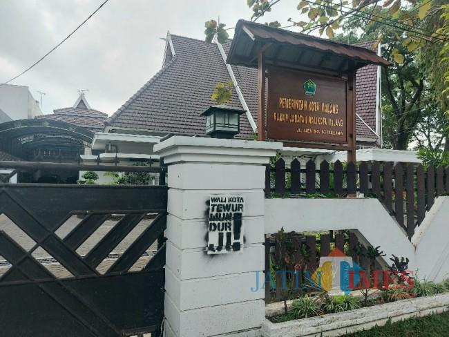 Tampak coretan aksi vandalisme bernada provokatif di Rumah Dinas Wali Kota Malang.