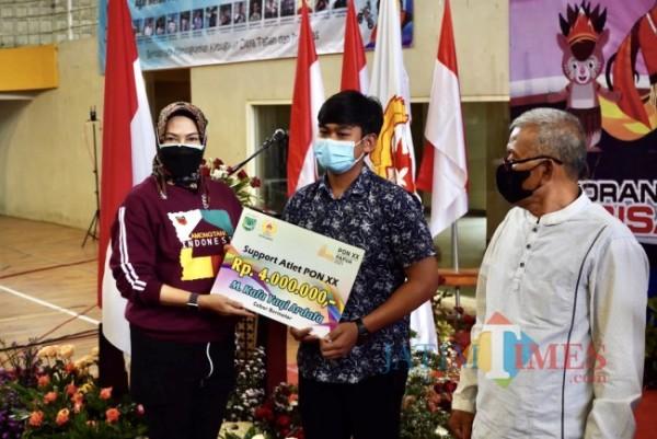 Wali Kota Batu Dewanti Rumpoko saat menyerahkan dana support atlet dan pelepasan PON XX di GOR Gajahmada, Kamis (9/9/2021). (Foto: Irsya Richa/MalangTIMES)