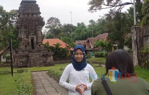 Salah satu pengunjung Candi Kidal.(Foto: Riski Wijaya/MalangTIMES).