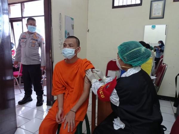 Salah satu tahanan Polresta Malang Kota yang sedang menjalani vaksinasi di Ruangan Sat Tahti Polresta Malang Kota, Jumat (1/10/2021). (Foto: Humas Polresta Malang Kota)
