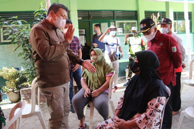 Wabup Malang Didik Gatot Subroto saat meninjau pelaksanaan vaksinasi di Kecamatan Tumpang.(Foto: Humas Prokopim Kabupaten Malang).