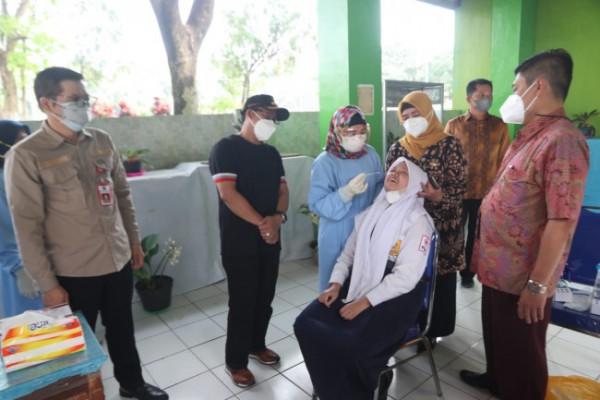 Wali Kota Malang Sutiaji saat meninjau pelaksanaan swab antigen kepada guru dan pelajar beberapa waktu lalu. (Foto: Humas Pemkot Malang)