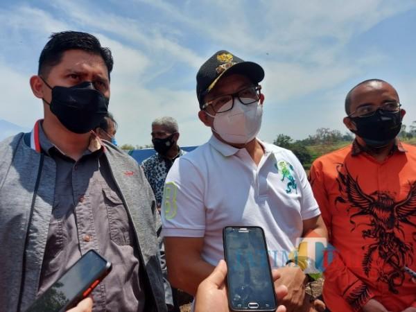Wali Kota Malang Sutiaji (tengah) saat ditemui awak media usai melakukan kegiatan kedinasan di Jalan Ikan Gurami, Kecamatan Lowokwaru, Kota Malang, Sabtu (2/10/2021). (Foto: Tubagus Achmad/JatimTIMES)