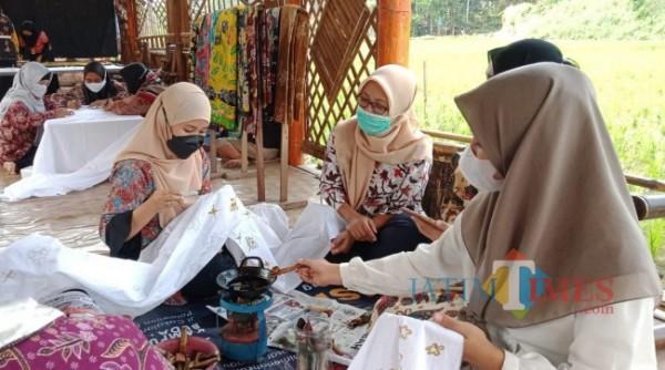 Warga di sekitar Kampung Budaya Polowijen (KBP) yang sedang membatik bersama dalam acara Festival Batik Ken Dedes, Sabtu (2/10/2021). (Foto: Tubagus Achmad/JatimTIMES)