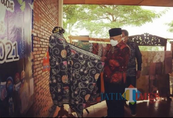 Bupati Malang HM. Sanusi saat melihat beberapa karya Batik Khas Malang, Minggu (3/10/2021).(Foto: Humas dan Prokopim Kabupaten Malang)
