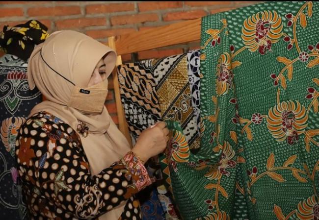 Ketua Tim Penggerak PKK Kabupaten Malang, Hj. Anis Zaida saat melihat hasil karya Batik Khas Malang.(foto: Humas dan Prokopim Kabupaten Malang).