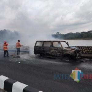 Diduga Korsleting Listrik, Sebuah Mobil di Karangkates Hangus Terbakar
