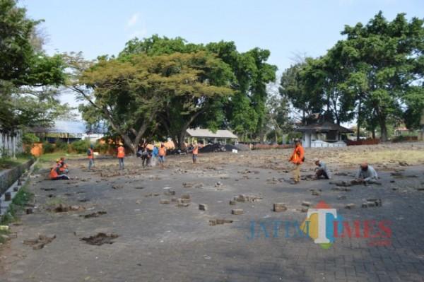 Petugas saat melakukan pembangunan kios semi permanen di kawasan Stadion Brantas. (Foto: Irsya Richa/ MalangTIMES)
