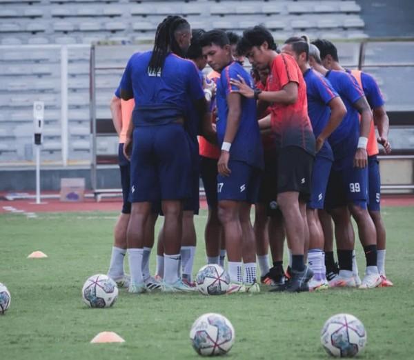 Skuat Arema FC saat menjalani latihan (official Arema FC)
