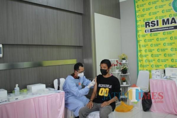 Suasana vaksinasi yang dilakukan di lantai 7 RSI Unisma (foto: Hendra Saputra/MalangTIMES)