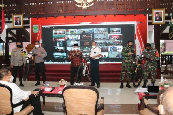 Bupati Malang, HM. Sanusi saat memberikan reward kepada salah satu camat.