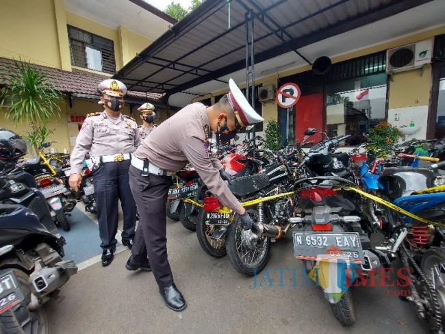 Kasat Lantas Polresta Malang Kota AKP Yoppi Anggi Khrisna saat menunjukkan salah satu sepeda motor yang menggunakan knalpot brong.
