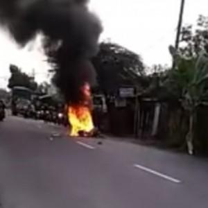 Terseret di Aspal, Motor Matic Hangus Terbakar